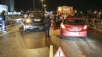 Perspėjimas prieš savaitgalį: tokiomis eismo sąlygomis yra buvę ir masinių automobilių susidūrimų