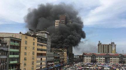 Nigerijos ugniagesiai kovoja su didžiuliu gaisru Lagoso turguje