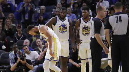 """""""Warriors"""" nelaimės tęsiasi: Stephenui Curry lūžo ranka"""