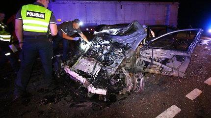 Pumpėnuose po BMW smūgio į du vilkikus žuvo suomių pora, sužeisti trys jų vaikai