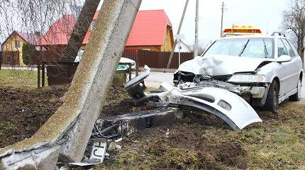"""Krekenavoje """"Opel"""" vairuotojas sutrupino gatvės apšvietimo stulpą ir paspruko"""