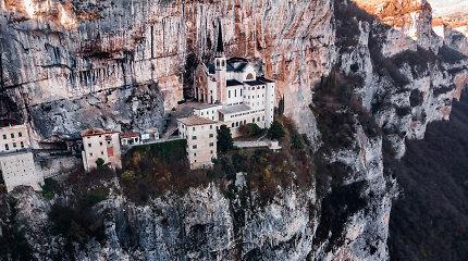 Nuošalus rojus – ant skardžio krašto Italijoje prisiglaudusi šventovė