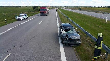 Prie Laukuvos susidūrė latvių šeimos BMW ir sunkvežimis: motina žuvo