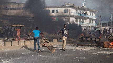 Benine kariai jėga vaiko protestuotojus, pranešama apie aukas