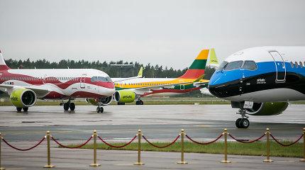 """""""airBaltic"""" Baltijos šalims pristatė šių šalių vėliavomis puoštus lėktuvus"""