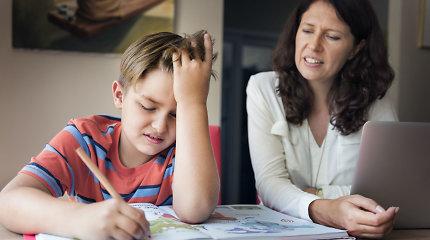 Namų darbų kovos: ar sėdėti prie besimokančio vaiko?