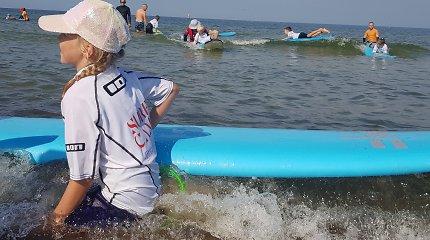 Pajūryje gaudo bangas: autizmo sutrikimą turintiems vaikams – nemokama bangų terapija