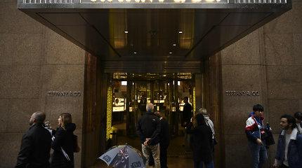 """LVMH prašo Prancūzijos institucijų pagalbos pasitraukiant iš susitarimo su """"Tiffany"""""""