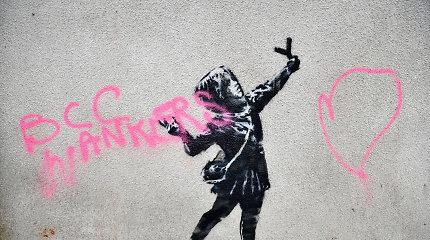 Anglijoje uždengtas vandalų sugadintas garsiojo Banksy kūrinys