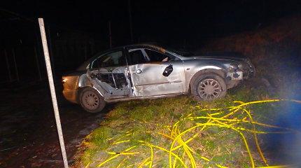 """Akademijoje """"Mazda"""" nulėkė nuo kelio ir išvertė tvorą bei stulpelius: vairuotojas – girtas"""