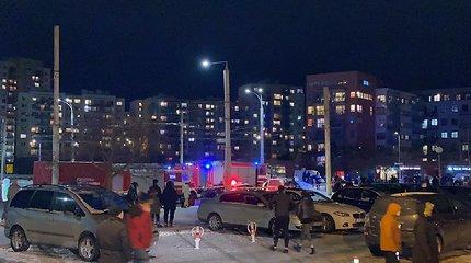 Vilniuje, Gabijos g., suskilus sienai evakuojami namo gyventojai