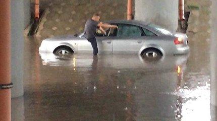 Po smarkaus lietaus Tauragėje ugniagesiams teko žmones vaduoti iš automobilių