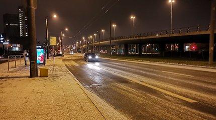 Keliuose yra slidžių ruožų, vietomis susiformavo plikledis, perspėja kelininkai
