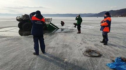 Nufilmavo, kaip po giliausio pasaulio ežero ledu prasmenga du sunkvežimiai