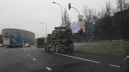 Karinės technikos kolona įspūdžio nepadarė: Vilniaus vairuotojai su kariškiais jautėsi lygūs