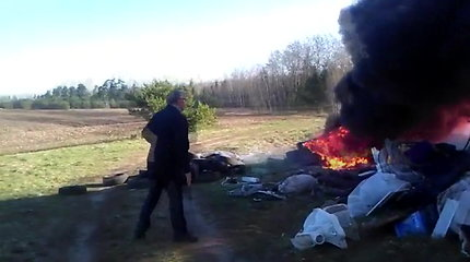 """Išskirtinė filmuota medžiaga: įamžintas Būdviečio seniūnas, """"netyčia"""" padegęs ekologinę bombą"""