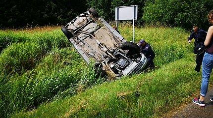 """Keli šimtai lašų apvertė jaunuolių kelionę: tik truputį palijo – """"Opelis"""" griovyje"""