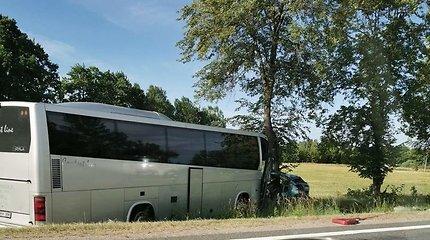 """Autobuso ir """"Nissan"""" kaktomuša prie Šiaulių: žuvo žmogus, 3 keleiviai ligoninėje"""
