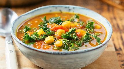 Kvapni ir greita avinžirnių sriuba su šonine ir žalumynais