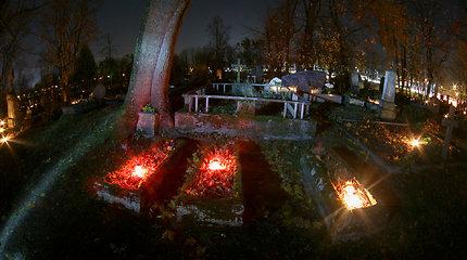 Ant kapų lietuviai neša ne tik žvakes – ieško alternatyvų