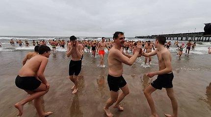 Sveikuoliai nėrė į šaltas Baltijos bangas