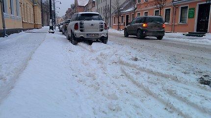 Netikėta žiema: į darbą vėlavę klaipėdiečiai keiksnoja kelininkus