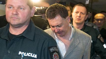 """Su peiliu """"Iki"""" parduotuvėje žmones žalojęs plėšikas – teisme, jo namuose rasta sprogmenų"""