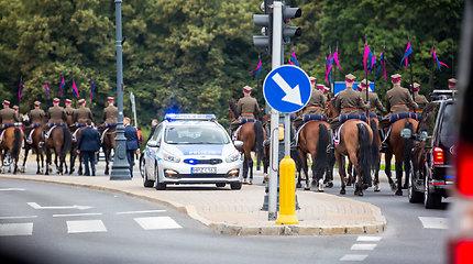 Gitano Nausėdos koloną Varšuvos gatvėse lydėjo raiteliai