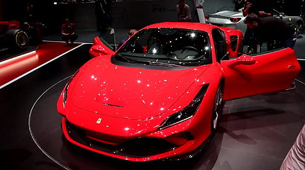 """Naujasis """"Ferrari F8 Tributo"""" numetė 40 kg svorio ir prisijaukino papildomas 50 AG"""