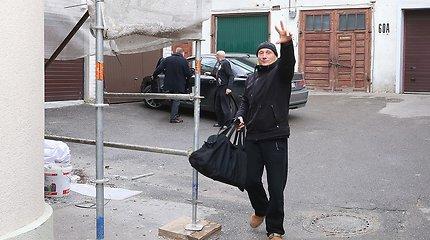 Spalvingai apsirengusi Inga Petrikaitė pasitiko išlaisvintą savo krikštatėvį Gintarą Petriką