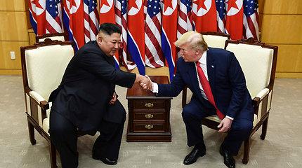 D.Trumpas: Kim Jong Unas nori dar kartą susitikti, atsiprašo už raketų bandymus