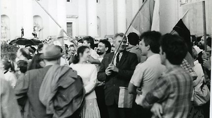 Birželio 24-osios mitingas: partinius veikėjus išgąsdino minia ir tautinės vėliavos