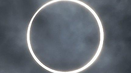 """Azijoje stebimas """"ugnies žiedu"""" vadinamas Saulės užtemimas"""