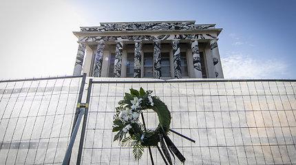 Profsąjungų rūmų tuoj neliks: priekyje liko tik kolonos, žmonės kabina vainikus