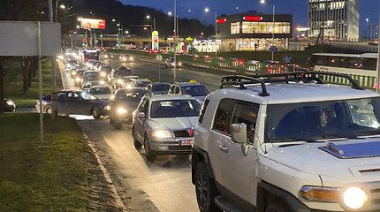 Įspėjimas vairuotojams – keliuose yra slidžių ruožų