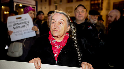 Mitingas protestuojant dėl iš šeimų paimamų vaikų