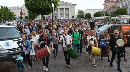 Gatvės muzikos dienoje – nuo karo ir persekiojimo bėgančių muzikantų grupė