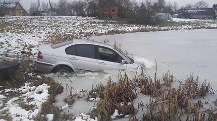 Kelionė pas močiutę Ignalinos rajone jaunuoliui baigėsi kūdroje – teko gelbėtis per BMW langą