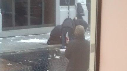 Sostinės Vilniaus gatvėje praeivę sužeidė nukritęs varveklis