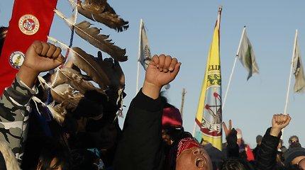 Indėnų gentis Stovinti uola Šiaurės Dakotoje džiaugiasi dėl atšauktos naftotekio statybos