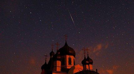 Krentančių žvaigždžių išbraižytas naktinis rugpjūčio dangus