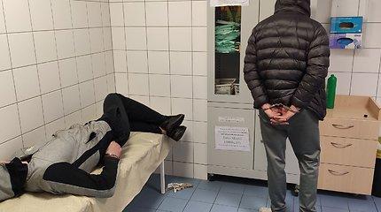 Naktis su Kauno policija: sučiuptas girtas vairuotojas ir du narkotikais bandę atsikratyti jauni vyrai