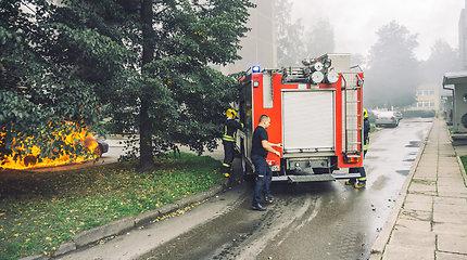 Daugiabučio kieme Kaune sudegė automobilis