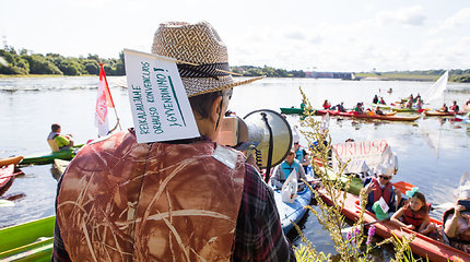 Kritiką valdžiai Kauno bendruomenės išreiškė plaukdamos baidarėmis