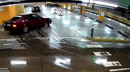 """Nufilmuota Vilniaus """"Panoramoje"""": BMW vairuotojai pasirodė kaip nevykėliai, o policija išrašė baudas"""
