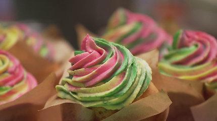Paprasta, bet skanu: trispalviai morkų keksiukai su kremu