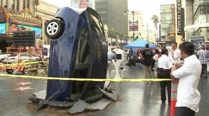 Naują J.Clarcksono laidą reklamuoja į grindinį susmigęs automobilis