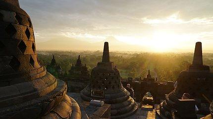 Į didžiausią budistų šventyklą pasitikti saulės kopia ir vienuoliai, ir ateistai