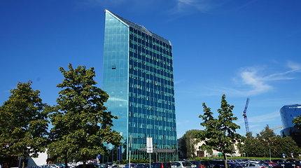 Vilniečiai susirūpino dėl prieš 17 metų statyto verslo centro krintančių langų: bendrovė ramina