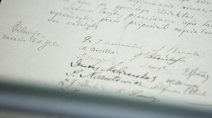 Į Signatarų namus sugrąžintas Lietuvos Nepriklausomybės paskelbimo aktas